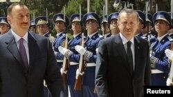 Президент Азербайджана Ильхам Алиев (слева) и премьер-министр Турции Рэджеб Эрдоган проходят перед строем почетного караула до официальное встречи в Баку, 17 май 2010 года