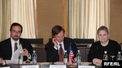 Члены делегации: Тина Кайданоу (справа), Майкл Познер и Джон Басс (слева)