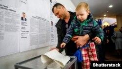 Під час голосування на виборах президента України на виборчій дільниці в посольстві України в Білорусі. Мінськ, 31 березня 2019 року