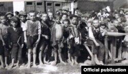 Copii evrei orfani fotografiați la Botoșani, după repatrierea în primăvara anului 1944 din lagărele de concentrare din Transnistria antonesciană (Foto: JDC Archives/Un secol de activitate în România JDC, București, 2018)