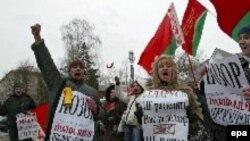 Представители официальных молодежных организаций Белоруссии пикетируют посольство Польши в Минске, требуя прекратить «вмешательство во внутренние дела» страны
