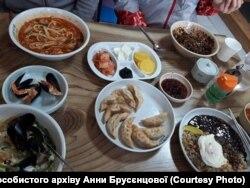 Корейські страви різноманітні. Ось так годують у Пхьончхані волонтерів