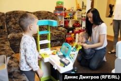 Віка з Андрійком та з сином Дениса грають в супермаркет