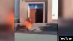 Ерлан Бектібаевтың өзін-өзі өртеп жіберген сәті. Тараз, 24 қазан 2015 жыл.