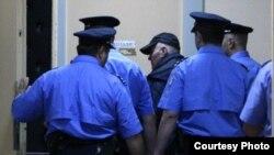 Ратко Младичті (ортада) серб полицейлері сотқа апара жатыр. Белград, 26 мамыр 2011 ж.
