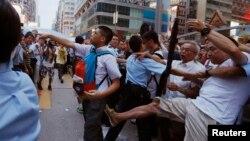 Pamje nga përleshjet e protestuesve për demokraci dhe grupeve proqeveritare