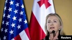 Госсекретарь США Хиллари Клинтон, выступая на открытии комиссии по стратегическому партнерству между США и Грузией, четко определила, какие шаги необходимо предпринять Тбилиси, чтобы достичь заветной цели – сближения с Западом, интеграции в евроатлантичес