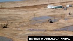 На нефтяном месторождении компании «Эмбамунайгаз». 4 апреля 2012 года.