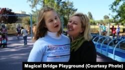 Засновниця фундації Оленка Стеців Віллареаль разом із донькою Евою, яка надихнула її до створення майданчика і назвала його «Чарівний міст»