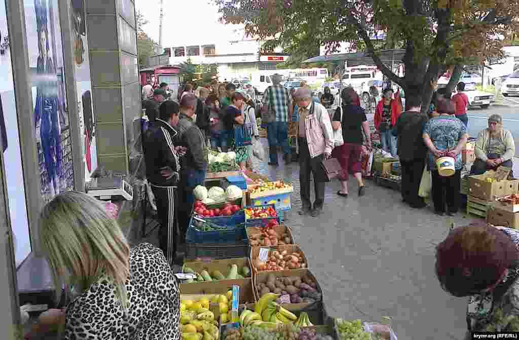 Багато торговців перебралися на площу Амет-Хана Султана, яка поруч із Центральним ринком