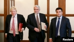 Ukraina Tışqı işler naziri Pavlo Klimkin (sağda), Büyük Britaniya TİN Boris Johnson (solda), ve Polonya TİN Witold Waszczykowski Kyivte, 1 mart 2017