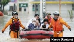 Порятунок місцевих жителів у префектурі Окаяма, Японія, 8 липня 2018 року, фото Kyodo