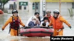 Спасение людей во время наводнения в Японии.