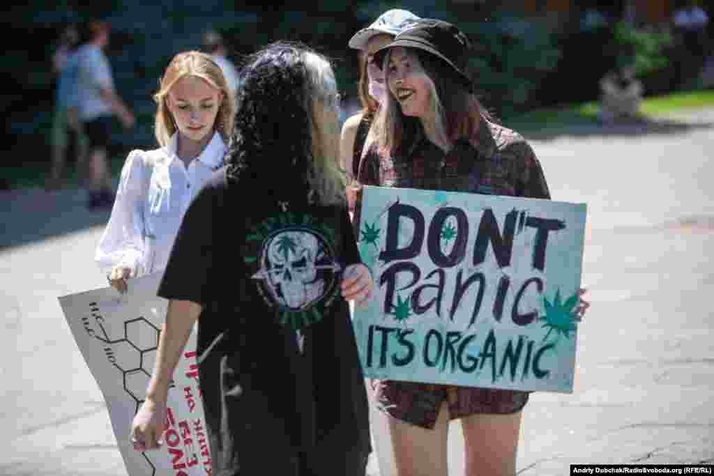 «Don't panic it's organic»– жартівливий плакат однієї з учасниць мітингу