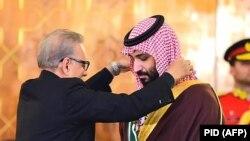 عارف علوی رئیس جمهور پاکستان حین اعطای مدال به شهزاده سلمان