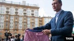 Михаил Дегтярёв в 2013 году протестует против оскорбления российского флага музыкантом группы Bloodhound Gang