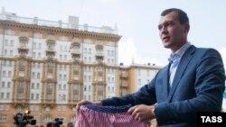 Михаил Дегтярев в 2013 году протестует против оскорбления российского флага музыкантом группы Bloodhound Gang