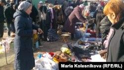 Каракол шаарындагы базарда соода кылган аял.