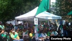 اعتصاب غذای فعالان سیاسی و مدنی در مقابل دفتر سازمان ملل (عکس: وبلاگ چشمان باز و بسته)
