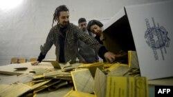 Подсчет голосов на избирательном участке в Риме, 25 февраля 2013 года.