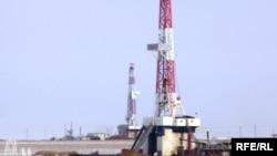 """""""Ақтөбемұнайгаз – СНПС"""" компаниясының Жаңажол кенішіндегі мұнай ұңғымасы. Көрнекі сурет."""