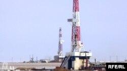 «СНПС-Ақтөбемұнайгаздың» Жаңажол кенішіндегі мұнай ұңғымасы. Ақтөбе, 22 наурыз 2010 жыл. (Көрнекі сурет)