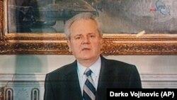 Jugoslovenski predsednik Slobodan Milošević u obraćanju javnosti na državnoj televiziji povodom krize na Kosovu i pretećeg napada NATO-a, Beograd (24. mart 1999.)