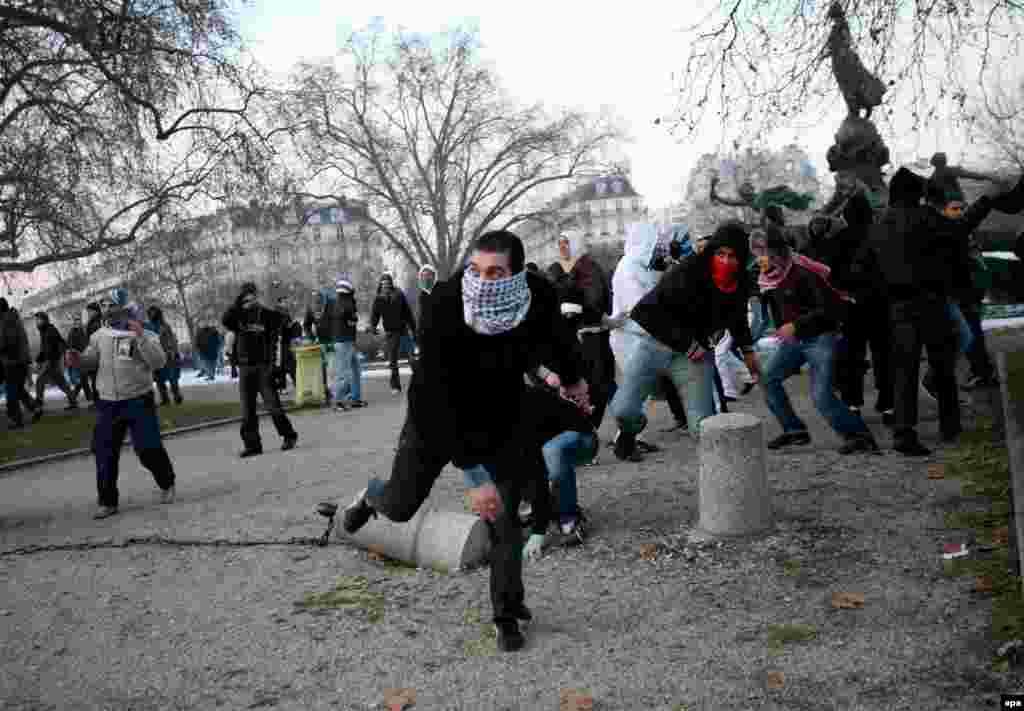 Столкновение пропалестинских демонстрантов с полицией в Париже, Франция, 10 января 2009. Около 80 различных акций протеста против действий изральской армии в секторе Газа прошли в городах Франции.