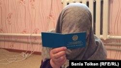 Газиза Октябрь, этническая казашка из Монголии, показывает сертификат оралмана. Мангистауская область, 10 июля 2017 года.