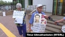 Пенсионеры Владимир и Валентина Тарасовы требуют встречи с председателем Верховного суда Жакипом Асановым. Астана, 11 июля 2018 года.
