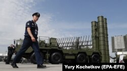 Пускова установка російського ЗРК С-400 «Тріумф» на виставці під Москвою