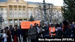 Возмущенные представители литературных кругов устроили по дворе судп акцию-перформанс, на которой читали стихи Звиада Ратиани
