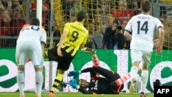 Роберт Левандовський (у жовтій футболці) забиває з пенальті четвертий гол у ворота «Реала»