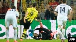 Роберт Левандовський (у жовтій футболці) забиває четвертий гол у ворота «Реала»