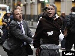 دستگیری یک معترض در نیویورک توسط پلیس- ۲۲ مهرماه