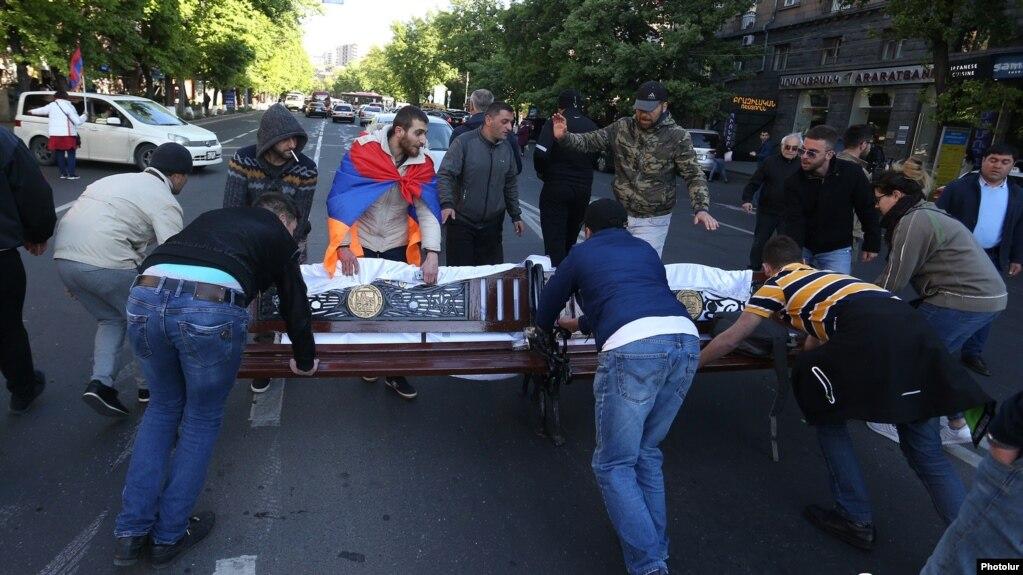 Владельцы автомобилей, поврежденных в ходе апрельских протестов, могут обратиться в полицию за возмещением ущерба – правительство