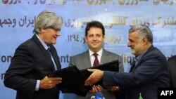 Stephane Le Foll (solda) iranlı həmkarı Mahmoud Hojjati (sağda) sənədlər imzalayıb