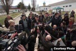 Комбриг Стороженко «заливает» журналистам (март 2014)