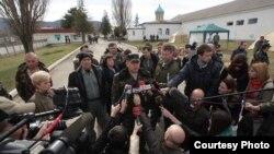 Комбриг Стороженко «заливає» журналістам (березень 2014 року)