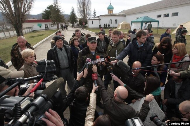 Комбриг 36-ї бригади берегової охорони ЗСУ Сергій Стороженко спілкується з українськими журналістами, березень 2014 року