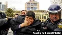 Arxiv foto: 2011-ci il aprelin 11-də Bakıda keçirilən etiraz aksiyasında saxlananlardan biri.