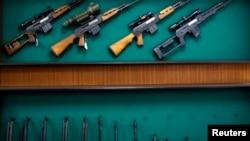 Prodaja oružja, fotoarhiv