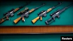 """Пушки во изложбениот салон на фабриката за оружје """"Застава оружје"""", Крагуевац"""