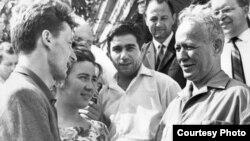 Mixail Şoloxov (sağda). Ortada Azərbaycan yazıçısı Əkrəm Əylisli.