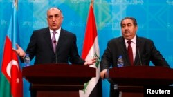 وزير خارجية أذربيجان غلمار مامادياروف (يسار) يتحدث في مؤتمر صحفي ببغداد مع نظيره العراقي هوشيار زيباري.