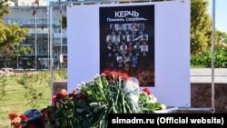 Імпровізований меморіал у пам'ять про загиблих в Керченському коледжі, Сімферополь, 17 жовтня 2019 року