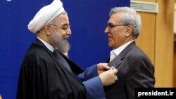 Президент Ирана Хасан Роухани (слева) награждает Абдолрасула Дорри Эсфахани за участие в переговорах по ядерной сделке.