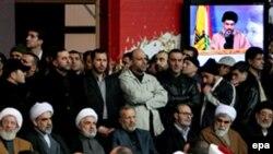 مراسم تشییع جنازه مغنیه در بیروت با شرکت منوچهر متکی، وزیر امور خارجه جمهوری اسلامی و شیخ نعیم قاسم، از رهبران حزب الله لبنان (عکس:EPA)