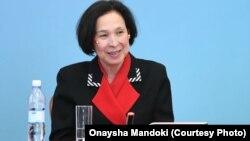 Оңайша Мандоки Астанада жас дипломаттарға дәріс оқып жатыр.