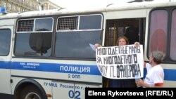 Эту женщину затолкали в автозак за поддержку Петра Офицерова